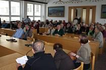 Do velkého zasedacího sálu Městského úřadu ve Žďáře nad Sázavou přišly ve středu 5. června desítky osob, které se chtěly o elektronické aukci pro domácnosti dozvědět více. Akce měla bouřlivý průběh, někteří odešli ještě před koncem.