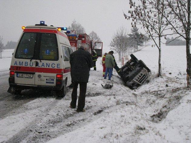 V obci Laštovičky v sobotu po deváté hodině ráno havaroval terénní vůz.