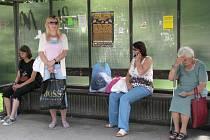 Mezi 13. a 14. hodinou čekali lidé na zastávkách v okrese na spoje zbytečně. Odboráři největšího dopravního podniku na Žďársku společnosti Zdar se totiž připojili k celostátní stávce. Důvodem jsou vládní reformy, které jsou stávkujícím trnem v oku.
