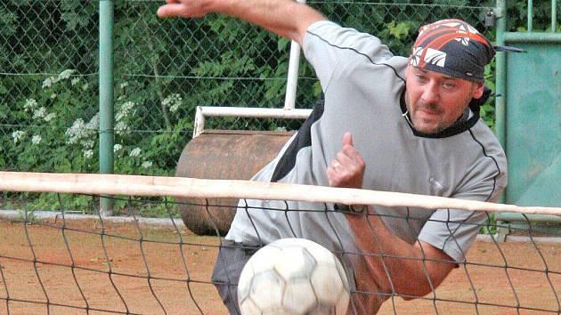 Žďárský nohejbalista Karel Hron si i po zápase v Přerově udržel svoji neporazitelnost v singlu. Jeho tým se díky vydřené remíze dál vyhřívá na prvním místě II. ligy.
