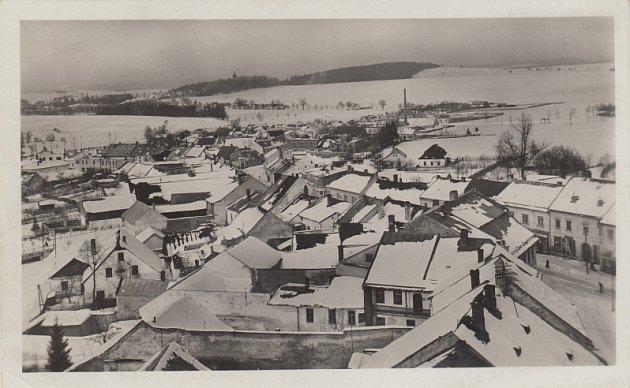Fotografie Viléma Frendla z pohlednice Českomoravská Vysočina – Město Žďár v zimě, která vyšla nákladem knihkupce Jana Tomana (kolem roku 1940).