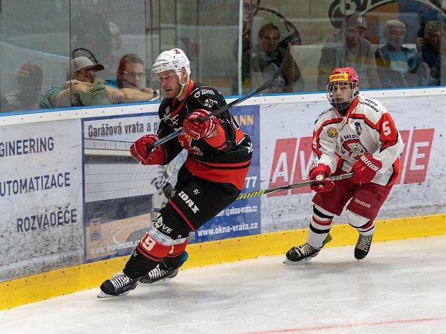 Hokejovým Plamenům (v černém) se v novém ročníku třetí nejvyšší soutěže daří na jedničku.