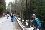Na Žďársku uklízejí pravidelně odpadky podél silnic členové hasičských dobrovolných sborů.