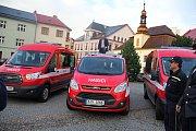 Vedení radnice předalo vozidla zástupcům tří hasičských sborů.