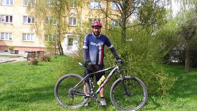 Žďárský hokejový trenér Martin Sobotka (na snímku), který aktuálně působí na lavičce prvoligové Třebíče, se vsadil, že do konce tohoto kalendářního roku ujede na kole pět tisíc kilometrů.