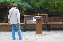 Jednoduché pítko doplnila ještě knihovnička s knihami a lavičky k posezení.