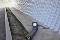 Vandal ničí osvětlení v tunelu cyklostezky vedoucí od Pilské nádrže do Stržanova.