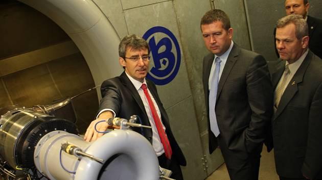Ředitel PBS Milan Macholán ukázal Janu Hamáčkovi část výrobních prostor firmy, mezi jiným i zkušebnu divize letecké techniky.