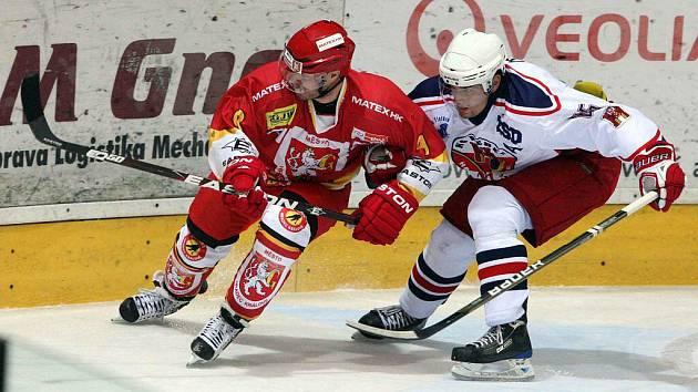 Brodští Rebelové (v bílém Jan Pavlík) se v první hokejové lize i nadále trápí. V Berouně prohráli pátý zápas v řadě.