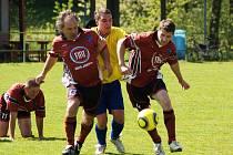 Hned tři rezervní týmy si ve IV. třídě – skupině A připsaly stejný počet bodů. O páté místo tak usilují kromě Bobrové i fotbalisté z Radešínské Svratky (v červeném) a z Borů (ve žlutém).