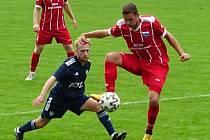 V sobotním utkání se fotbalisté Nového Města na Moravě (v modrém) snažili, seč jim síly stačily, na hosty z Dolního Benešova (v červeném) to ale bylo málo.