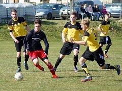 Fotbalisté Moravce (ve žlutých dresech) v neděli před vlastními fanoušky neuvěřitelně selhali, když Dukovanům podlehli vysokým rozdílem 1:7.