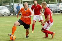 Odlišné boje čekají v jarních odvetách východní skupiny I. B třídy na fotbalisty Štěpánova (v oranžovém) a Nedvědice (v červeném). Zatímco Železáři budou muset odvracet hrozbu pádu do okresního přeboru, SK Pernštejn zabojuje o lepší střed tabulky.