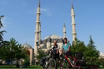 Před mešitou v turecké Edirně.