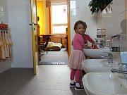 Nová umyvadla, toalety nebo sprchový kout si nyní užívají děti v Mateřské škole Vysočánek ve žďárské ulici Vysocká.