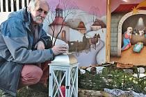 Letošním ozvláštněním obřího betléma malíře Ivana Svatoše (na snímku) je skutečné betlémské světlo.