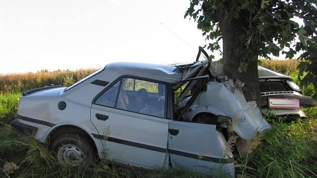 K hrozivě vypadající nehodě osobního vozu Škoda 120 došlo u obce Chlumek na Žďársku.