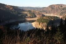 Lokalita Na Ostrážné (na snímku vpravo nahoře) je navržena mezi zvláště chráněná území. Nachází se v katastrálním území Hluboké na severním břehu Vírské přehrady.