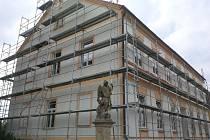Budova základní školy v Rozsochách získala nová okna, dveře a zateplení.