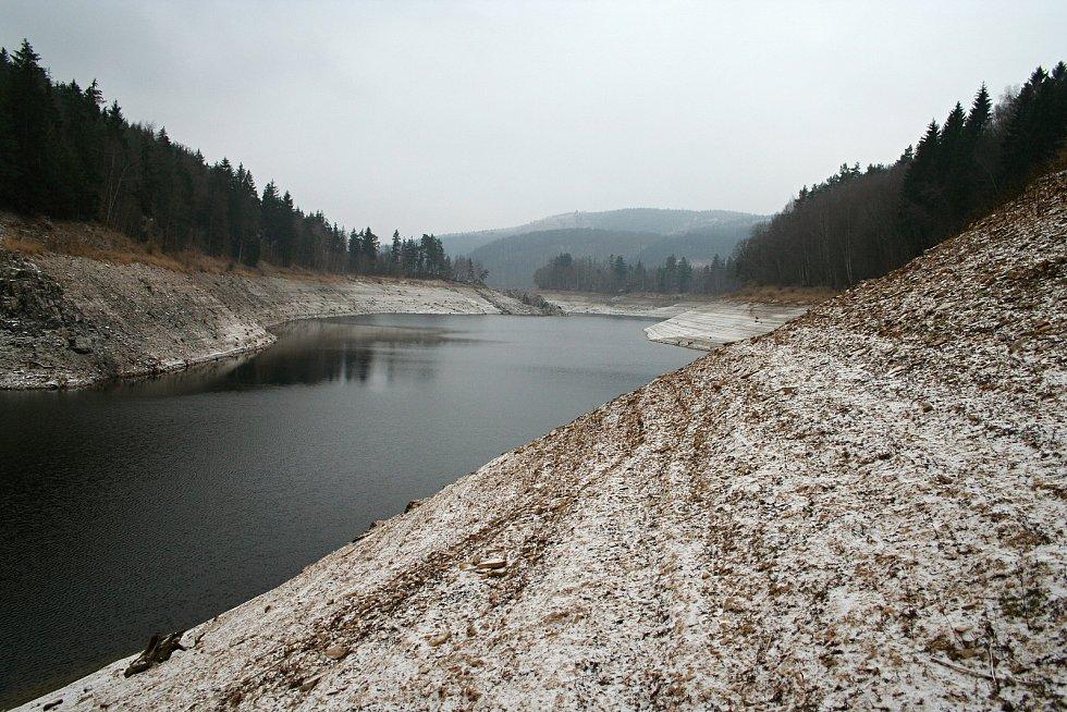 Za oběť Vírské přehradě padly obce Chudobín a Korouhvice. Jejich pozůstatky lze spatřit když je méně vody. Stejně tak i pozůstatky staré betonárky.