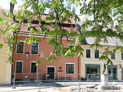 Budovy, v níž do nynějška sídlila základní umělecká škola, se chce město zbavit.