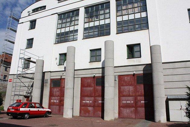 Pří výjezdech hasičské automobily o sloupy nezřídkakdy zavadily. To se má nyní změnit.