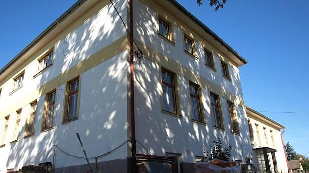 Budova, kde sídlí školní jídelna, vloni doznala renovace. Teď na ní přibudou solární panely.