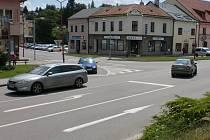 Ve Velkém Meziříčí propojí od poloviny července frekventovanou křižovatku ulic Hornoměstská a Třebíčská kruhový objezd, který bude tvořený mobilními zábranami, provizorním násypem a vodorovným značením.