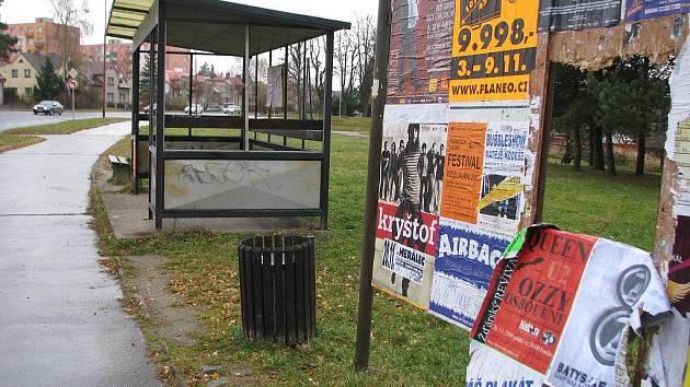 Kompletní vysklení autobusové zastávky ve žďárské ulici Novoměstská má na svědomí vandal. Ten čekárnu připravil o 10 skleněných tabulí, které navíc pečlivě odnosil opodál.