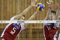 Čeští junioři (na snímku v červeném) si na úvod kvalifikace snadno poradili s Rumunskem. Zápas trval pouhých 75 minut.