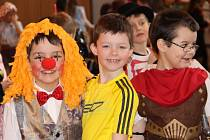 Děti v maskách soutěžily, tančily i řešily různé vědomostní kvízy, přičemž odměnou jim byly bonbony. Do masopustního kostýmu se oblékl i ředitel školy Jaroslav Ptáček.