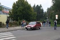 Rodiče, kteří přiváželi děti ke škole ve Švermově ulici, ignorovali zákaz vjezdu. Okolí tak nyní musí sledovat městští strážníci.