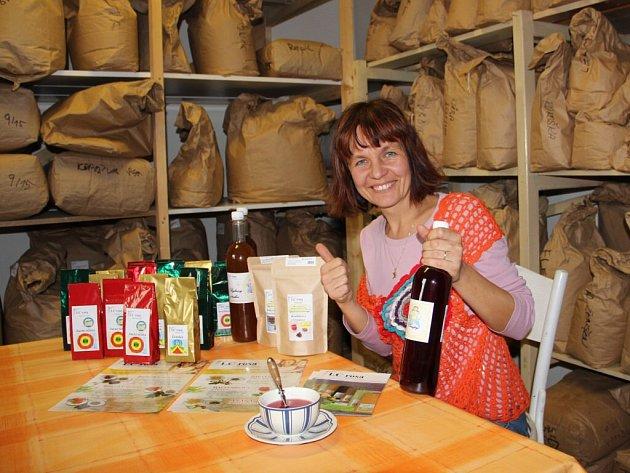 """V současné době bylinné léčivé čaje Valerie Pelikánové doplňují dvě řady bylinno-ovocných čajových směsí a nedávno začala s výrobou bylinných sirupů. Její výrobky již stačily """"posbírat"""" několik ocenění kvality."""