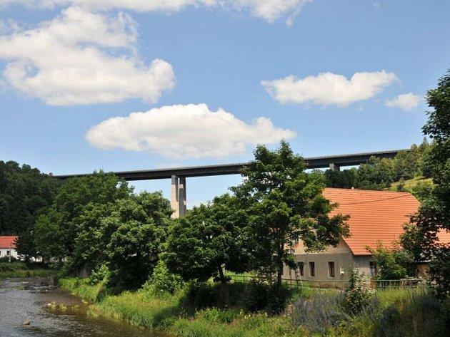 Velké Meziříčí i kraj usilují o dočasné vypnutí mýtných bran, aby objížďka mohla vést po D1.