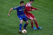 Po dvou předchozích prohrách se fotbalisté Velkého Meziříčí (v červeném) opět chytli.