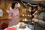 Drát, dřevo, vlna, příze, keramika, papír, polodrahokamy a mnohé další materiály posloužily pro výrobu originálních věcí, které prodejci nabízeli.