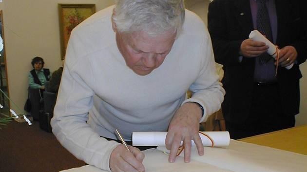 Jiří Brady se podepisuje do novoměstské kroniky.