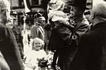 Fotografie tříleté Evičky Neugebauerové, kterou při své žďárské návštěvě 17. června 1928 drží v náručí prezident Masaryk, se o deset let později stala předlohou pro poštovní známku, která obletěla svět.