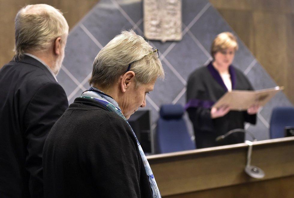 Okresní soud ve Žďáru nad Sázavou vynesl 3. února rozsudek v případu, v němž tři vědci Pavel Kindlmann, Jakub Hruška a Hana Šantrůčková žalovali senátora Jana Velebu kvůli jeho výrokům o šumavském výzkumu.