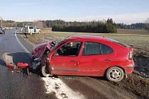 Dopravní nehoda mezi Vatínem a Žďárem nad Sázavou si vyžádala tři zraněné osoby. Příčina karambolu? Řidič opelu dostal na namrzlé vozovce smyk a střetl se s autem jedoucím v protisměru.