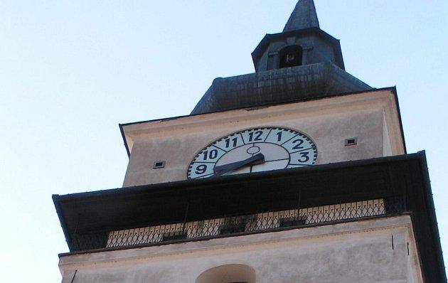 Věž kostela svatého Mikuláše ve Velkém Meziříčí.