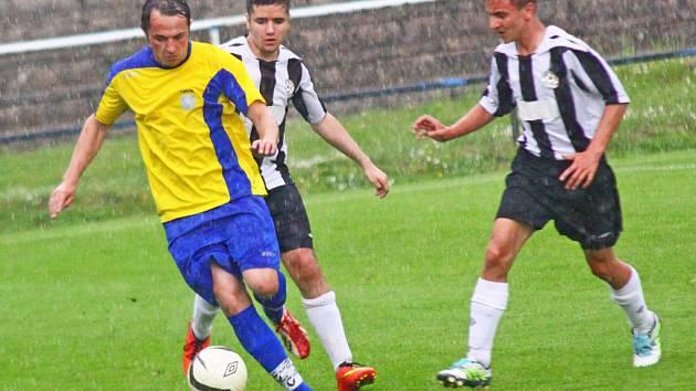 O vítězství Nové Vsi ve Žďáře (v pruhovaném) rozhodl dvěma góly Marek Ondřejka. Utkání doprovázely silný déšť, bouřka, blesky i kroupy.