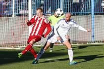 Fotbalisté Bystřice (v pruhovaných dresech) zvítězili v Ledči 2:0 a vystřídali ji na prvním místě tabulky.