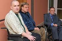 ÚSPÉCH.  Libor Zeman (vlevo) se dočkal operace, která mu umožní lepší život.  S Brindleyho stimulátorem je už sedm let velice spokojen další vozíčkář, Vladimír Píštěcký z Brna (uprostřed).