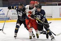 Starší dorostenci Havířova (v černo-modrém) dovolili hokejovým Plamenům (v bílých dresech) pouze jedinou branku, která na bodový zisk nestačila.