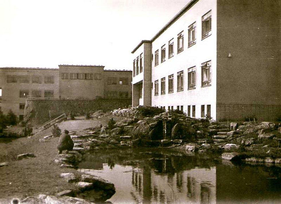 Jezírko u neurologie v roce 1958. Foto archiv nemocnice