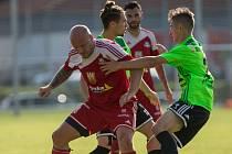 Fotbalisté Vrchoviny (v zeleném) padli ve Frýdku-Místku, Velké Meziříčí (v červeném) nestačilo na Otrokovice.