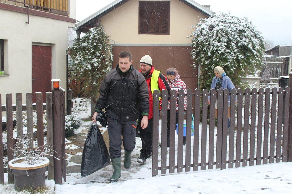 Veterináři z Krajské veterinární správy v Jihlavě utratili šest slepic a kohouta také v sousedním chovu Marty Němcové. Utracenou drůbež odnášejí v pytlích, aby udělali v laboratořích další rozbory.