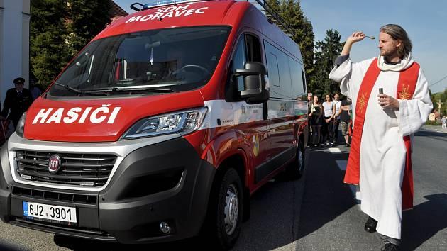 OBRAZEM: V Moravci požehnali novému hasičskému automobilu