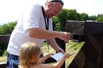Návštěvníci Zubštejna najdou schránku s vrcholovým razítkem na dřevěném mostě na zřícenině.